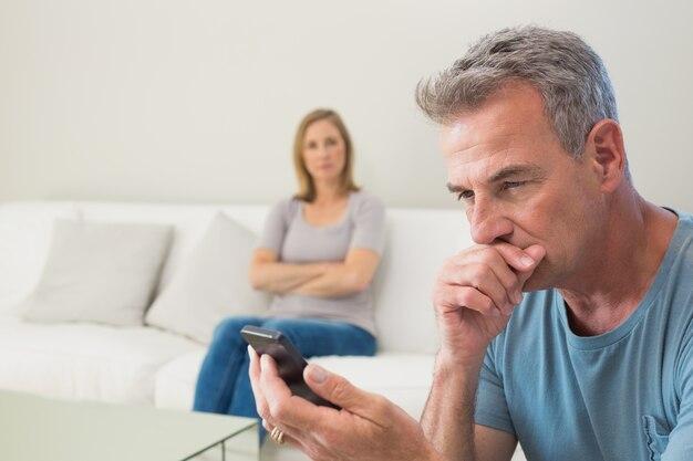 Nieszczęśliwa para nie mówi po kłótni w domu