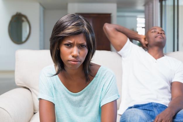 Nieszczęśliwa para no opowiada po argumenta na kanapie