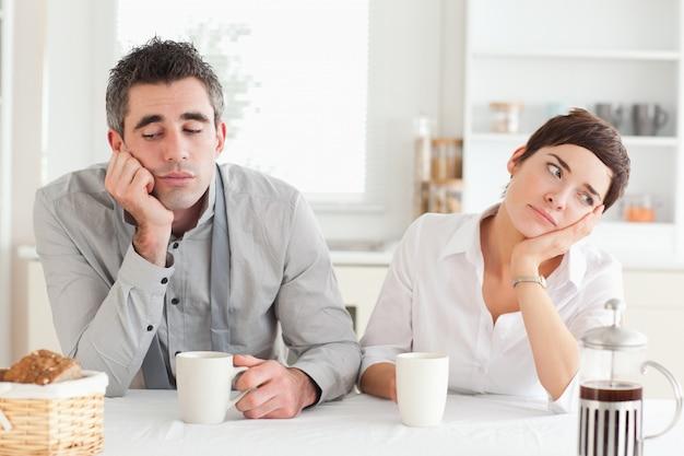 Nieszczęśliwa para pije kawę