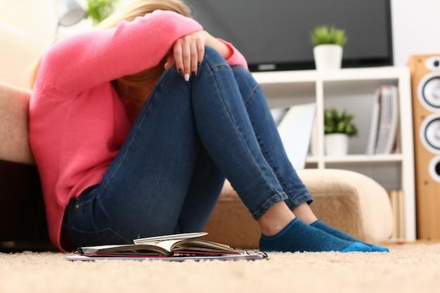 Nieszczęśliwa samotna przygnębiona kobieta siedząca na kanapie