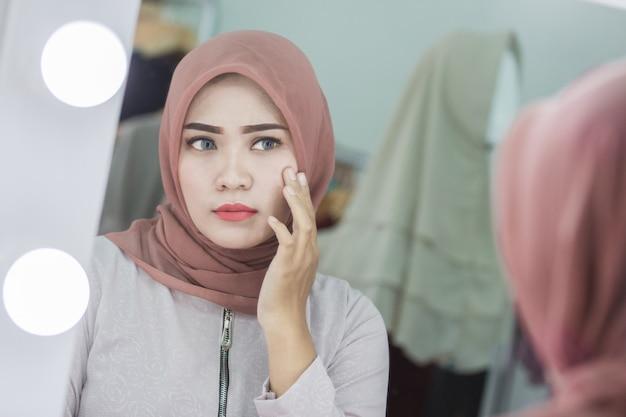 Nieszczęśliwe uczucie patrząc w twarz w lustrze