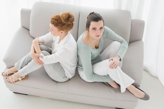 Nieszczęśliwi żeńscy przyjaciele no opowiada po argumenta na leżance