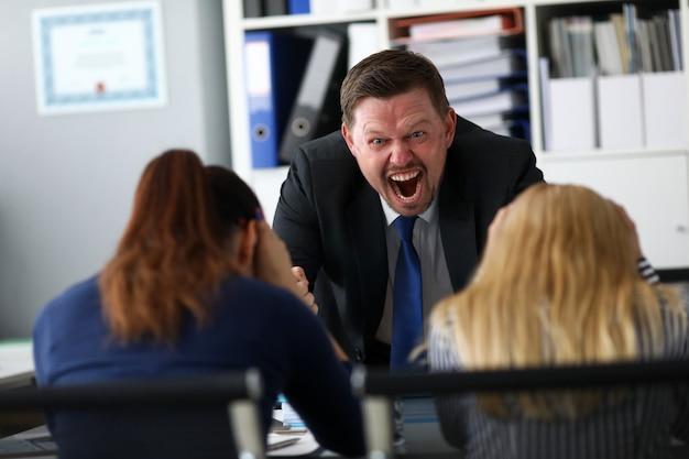 Nieszczęśliwy lider kłóci się z dwoma sfrustrowanymi urzędnikami