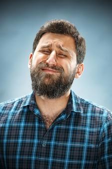 Nieszczęśliwy mężczyzna w niebieskiej koszuli