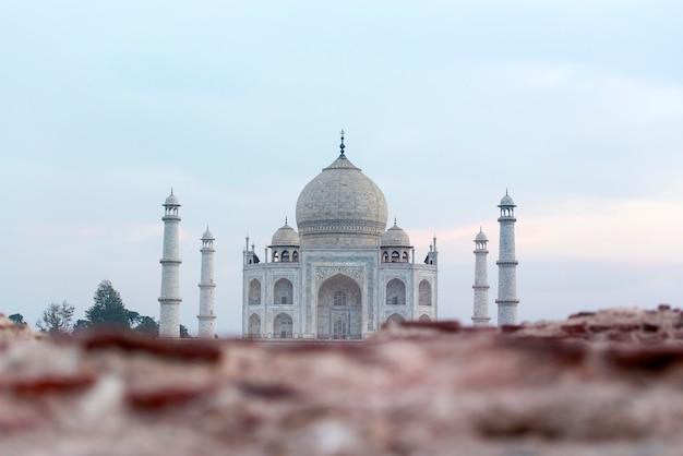 Nietypowy widok na słynny grobowiec taj mahal w indiach agra