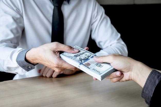 Nieuczciwe oszustwo w biznesie nielegalne pieniądze, biznesmen daje łapówkę w kopercie ludziom biznesu, aby odnieść sukces w umowie inwestycyjnej, koncepcji przekupstwa i korupcji