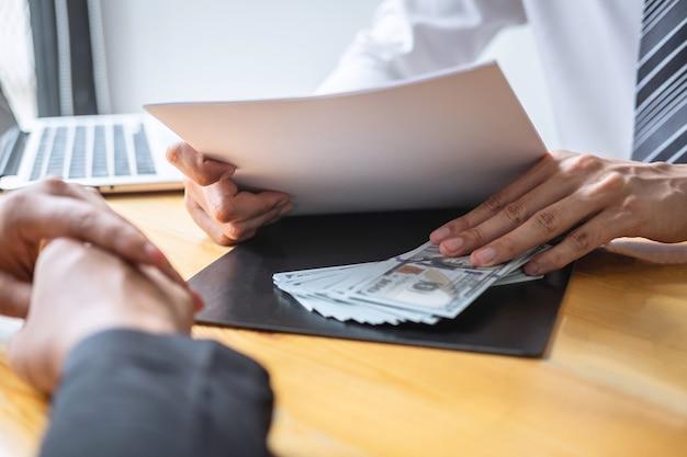 Nieuczciwe oszustwo w biznesie nielegalne pieniądze, biznesmen daje łapówki pieniądze ludziom biznesu, aby zapewnić sukces umowy kontraktowej, koncepcji przekupstwa i korupcji