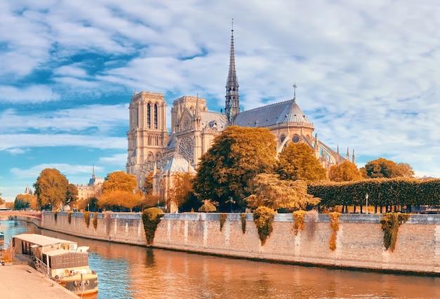 Nieuszkodzona wschodnia fasada katedry notre dame de paris w jesiennych barwach przed pożarem