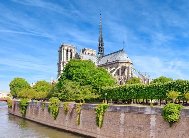 Nieuszkodzona wschodnia fasada katedry notre dame de paris wiosną przed pożarem