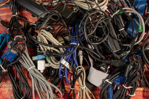 Nieużywany stos starych kabli i urządzeń komputerowych