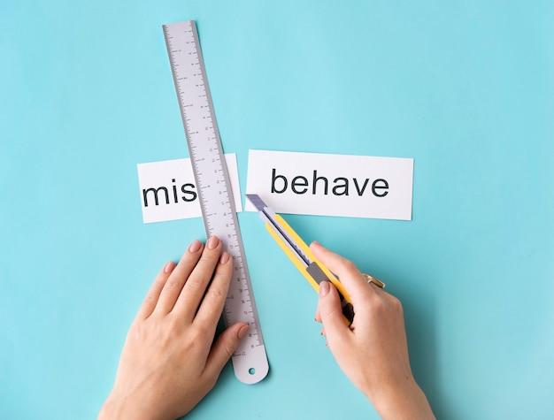Niewłaściwe zachowanie niegrzeczne ręce wytnij koncepcję podziału słowa