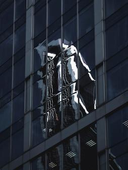 Niewyraźna abstrakcja. abstrakcyjne odbicie kształtów geometrycznych z szklanym budynkiem.