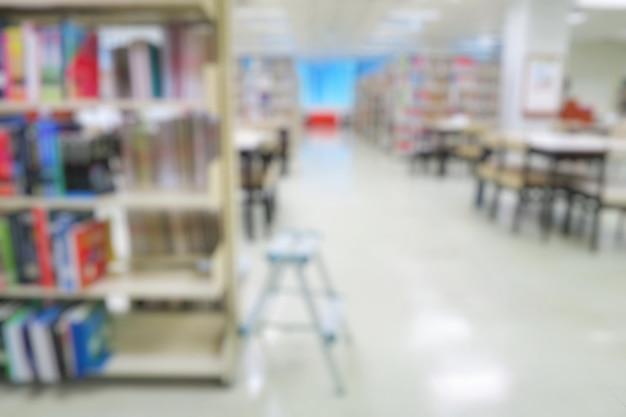 Niewyraźna biblioteka publiczna z książkami na półkach. dzień edukacji i książki.