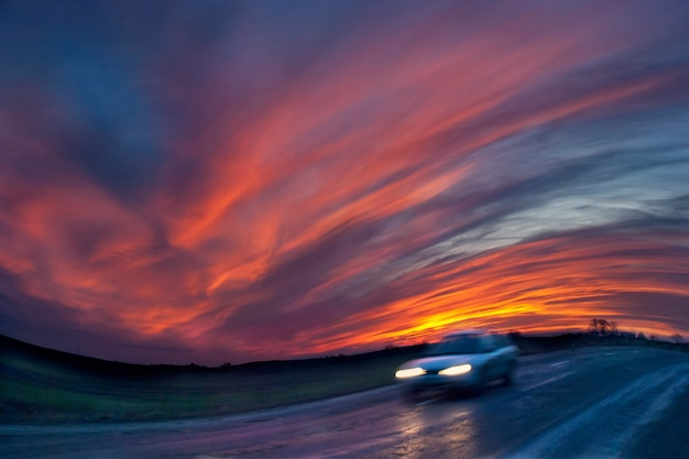 Niewyraźna podróż samochodem na drodze. zdjęcie wykonane z długim naświetlaniem i panoramowaniem