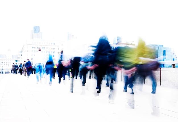 Niewyraźna scena tłumu ludzi idących w pośpiechu