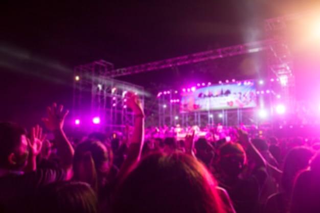 Niewyraźna scena z tłumem koncertowym