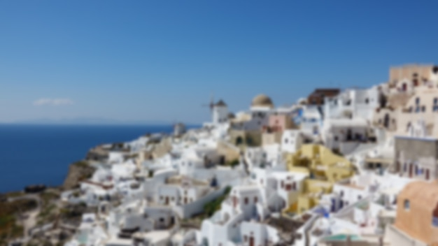 Niewyraźne architektury z wiatrakami na wzgórzu w miejscowości oia na wyspie santorini, grecja morze śródziemne.