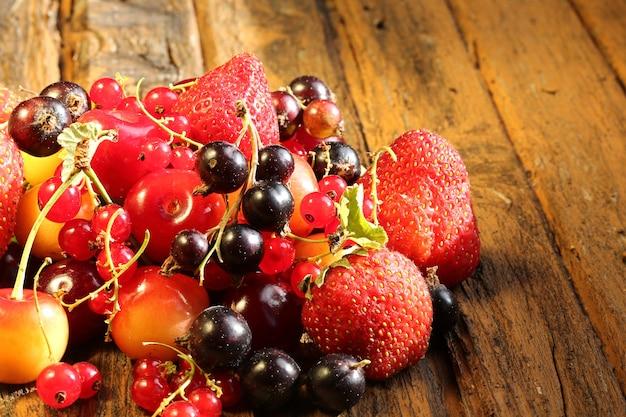 Niewyraźne berry mix stare drewniane tła w stylu rustykalnym vintage retro lato