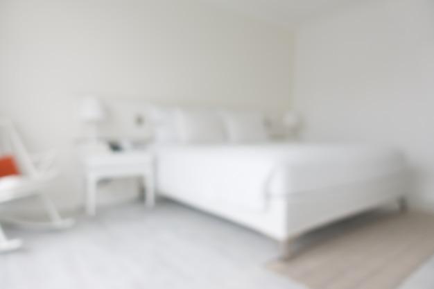 Niewyraźne białe łóżko