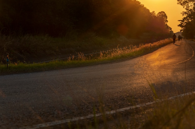 Niewyraźne człowiek jest jogging na ulicy wśród światła słonecznego
