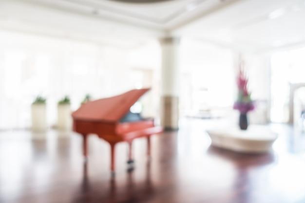 Niewyraźne duży pokój z fortepianem
