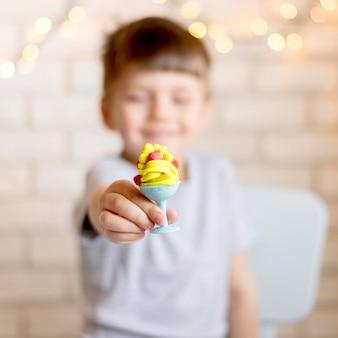 Niewyraźne dziecko gospodarstwa zabawka