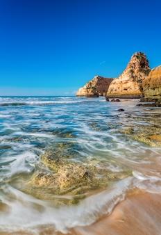 Niewyraźne fale morskie na krajobraz morski. portugalia, albufeira.