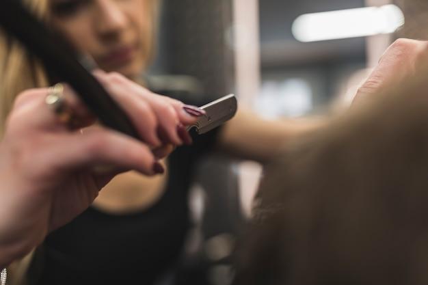 Niewyraźne kobieta do golenia człowieka