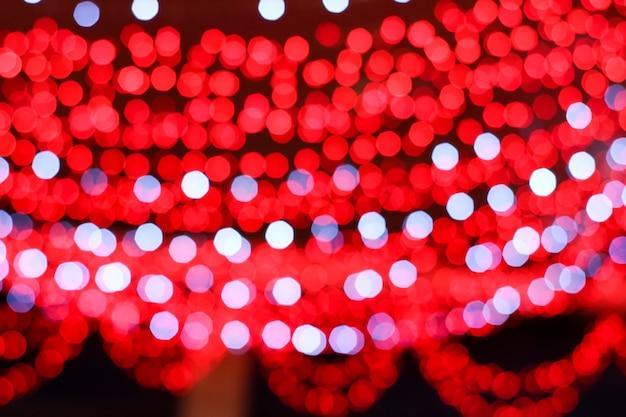 Niewyraźne kolorowe czerwone i białe światło linii elektrycznej