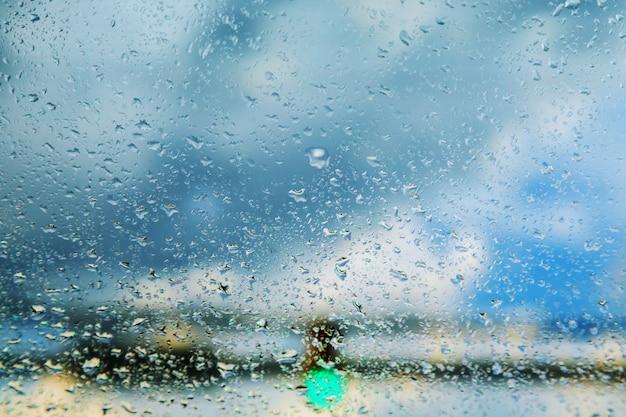 Niewyraźne krople deszczu na szybie samochodu