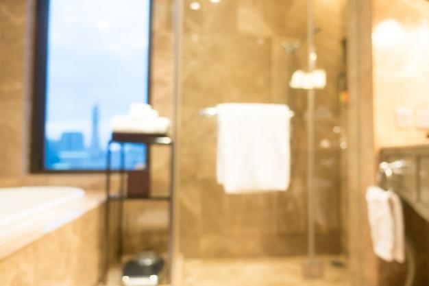 Niewyraźne łazienka z białym ręcznikiem