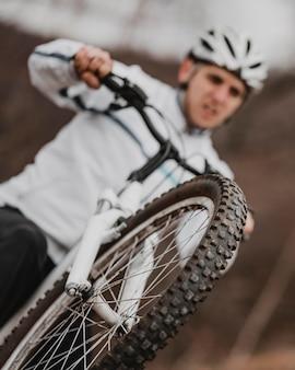 Niewyraźne mężczyzna jedzie na rowerze