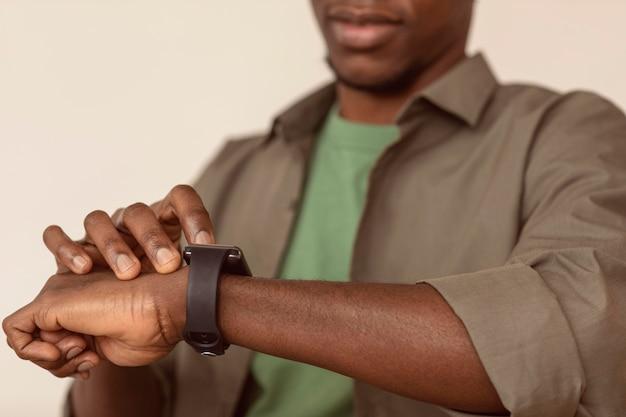 Niewyraźne mężczyzna sprawdza jego inteligentny zegarek