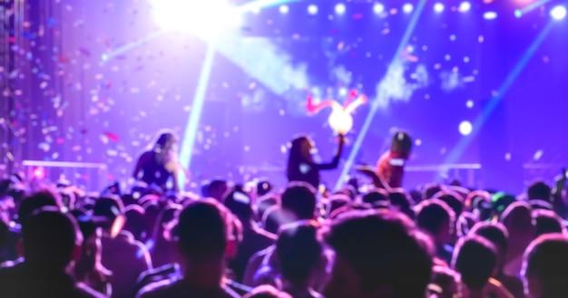 Niewyraźne niewyraźne ludzie tańczą na imprezie festiwalowej nocy muzycznej