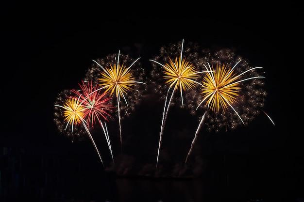Niewyraźne nowy rok kolorowe fajerwerki na czarnym niebie celebration