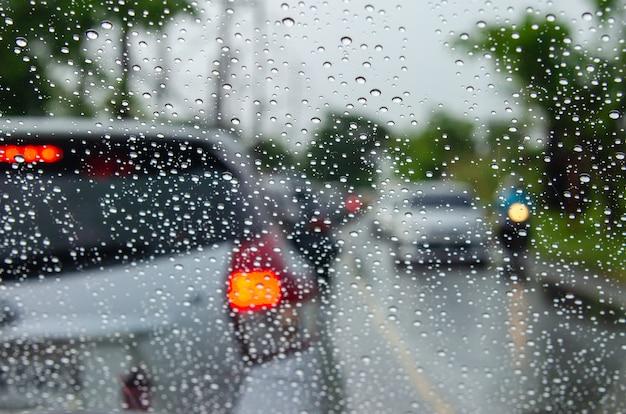 Niewyraźne obrazy samochodów z kroplami wody