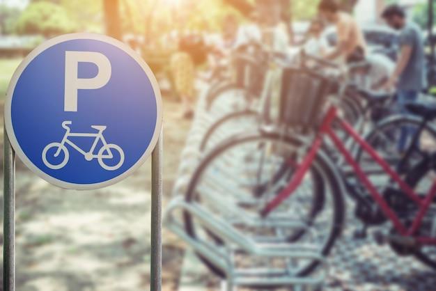 Niewyraźne parku rowerowego i znaków rowerowych