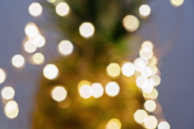 Niewyraźne, rozmyte światełko wróżki przy lampkach choinkowych