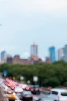 Niewyraźne samochody i panoramę miasta