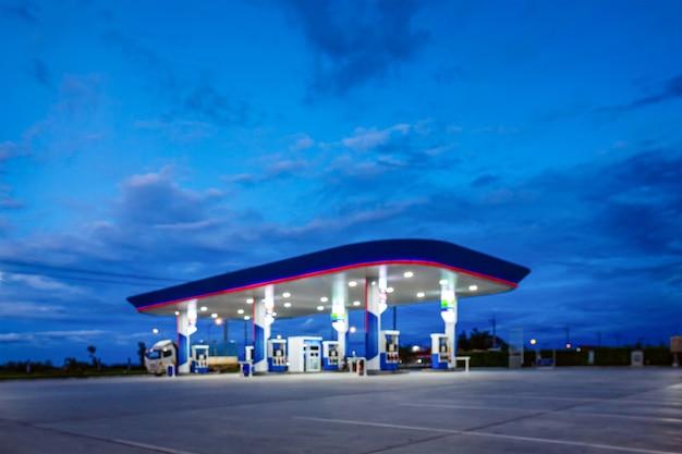 Niewyraźne stacji benzynowej w błękitne nocne niebo
