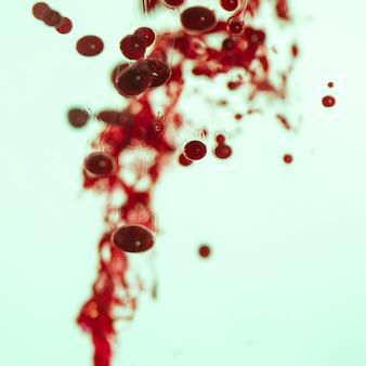 Niewyraźne streszczenie czerwone łzy w oleju