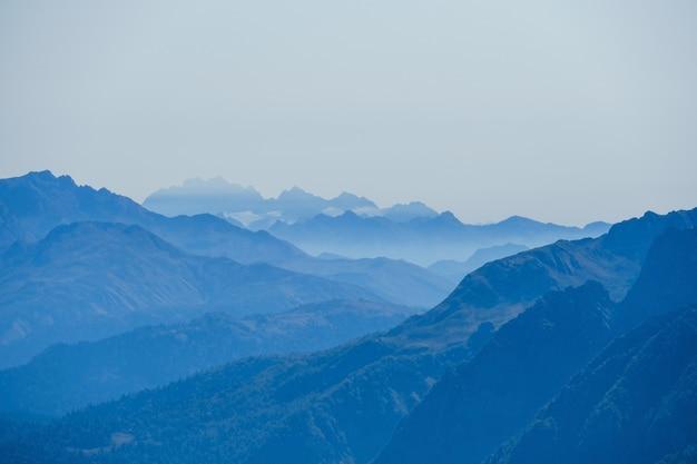 Niewyraźne streszczenie naturalne z kaukazu w porannej błękitnej mgle