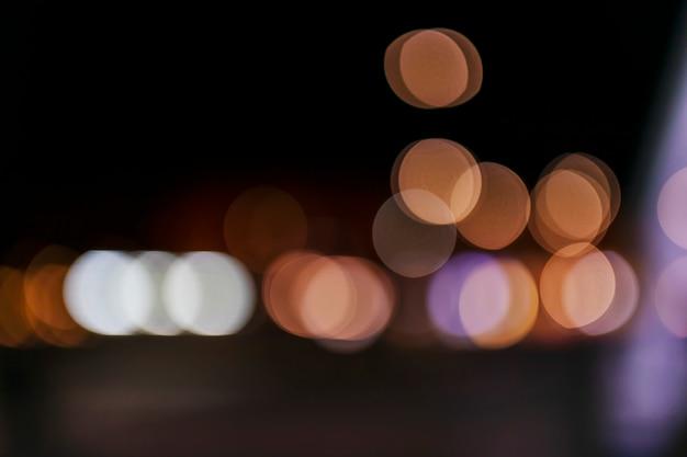 Niewyraźne światła bokeh na tle nocy