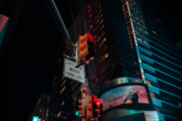 Niewyraźne światła drogowe w mieście