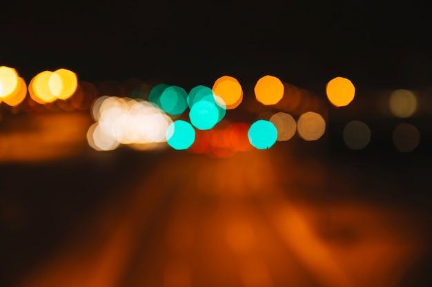 Niewyraźne światła na ulicy
