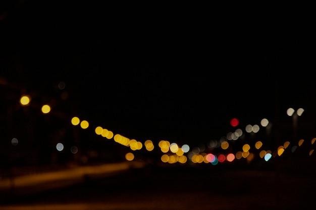 Niewyraźne światła nocne w mieście