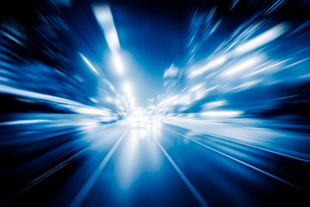 Niewyraźne światła ruchu drogowego na drodze w nocy