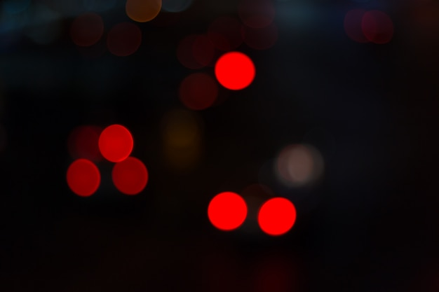 Niewyraźne światła samochodowe i ruch w mieście