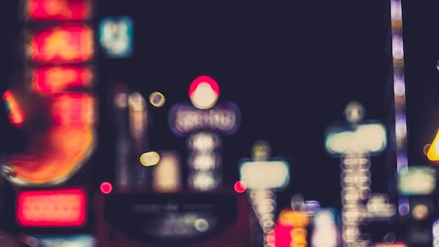 Niewyraźne światła uliczne w nocy. bokeh street światła z samochodów w mieście. chińskie miasto w bangkoku tajlandia