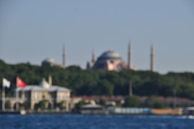 Niewyraźne tło. niewyraźne tło meczetu i nabrzeża bosforu. stambuł, turcja.